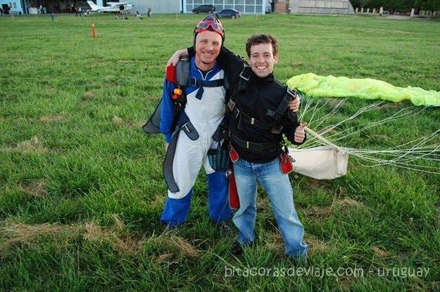 Con el instructor Pino justo finalizado el salto en paracaídas