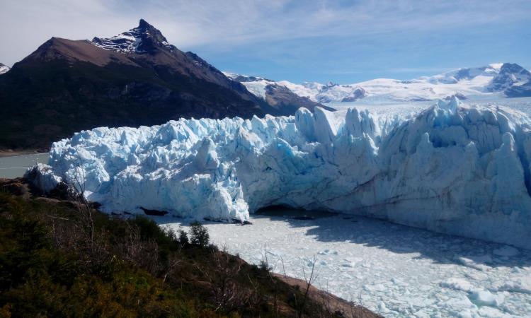 el agua fisurando el hielo